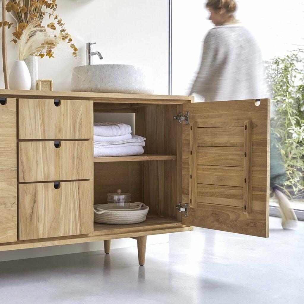 Le meuble de salle de bain en teck Jonak affiche un style scandinave esthétique, épuré et fonctionnel.