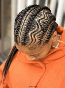 Une coiffure afro très en vogue.