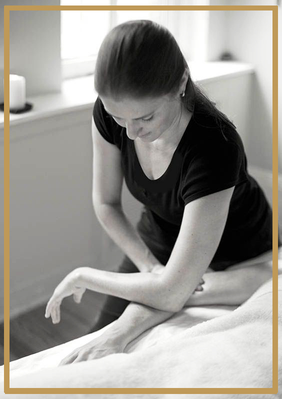 Une bonne table de massage doit être suffisamment large pour s'adapter à tous vos patients, mais suffisamment étroite pour ne pas vous fatiguer lorsque vous massez. Les dimensions idéales sont de 70-80 cm de largeur, afin d'éviter que les patients ne chutent lorsqu'ils se retournent.